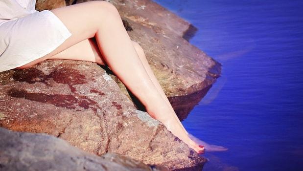 綺麗な生足を披露する女性