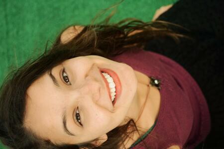 魅力的な笑顔で写真に写る女性