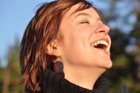 とびきりの笑顔で笑う女性